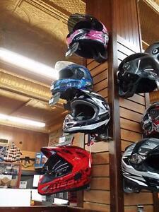 Plusieurs casque de moto