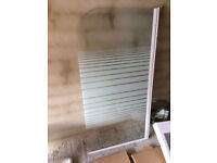 Glass shower screen with pattern on