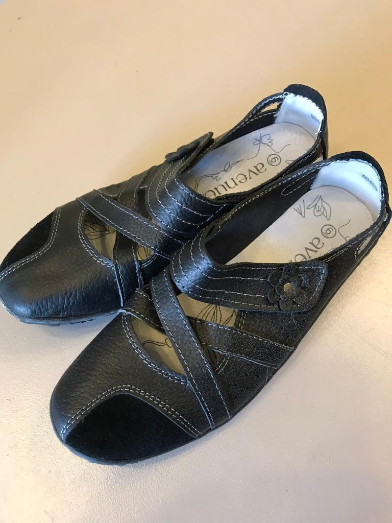 New Ladies Or Girls Leather Shoes 6