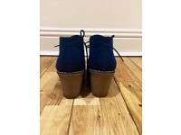 Pair of shoes number size 3.5