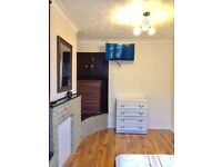 DOUBLE/TWIN ROOM AVAILABLE NOW IN ROEHAMPTON 160£PW INCLUDING ALL THE BILLS