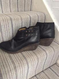 Fly London ladies black shoe/ankle boots size 8/41
