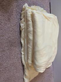 Cot bed bedding in lemon