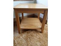 SOLID OAK SQUARE SIDE / LAMP TABLE WITH SHELF (EX ALEXANDERS)