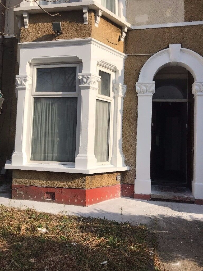 :: Newly Renovated Specious 1 Bedroom Ground Floor Flat To-Let in Ilford on Northbrook RD, IG1