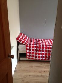 Single room for rent 15 minute walk from Basildon Train station/ Town