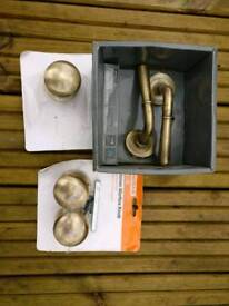 Assorted brass door knobs/handles