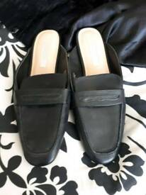SIZE 7 BRAND NEW PAIR OF BLACK SLIP ON MULES