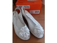Ladies Heavenly Feet white Sandals size 5 (NEW)