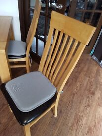 Solid Oak dining table and 4 chairs table in good condition a couple of the seats have scratch marks