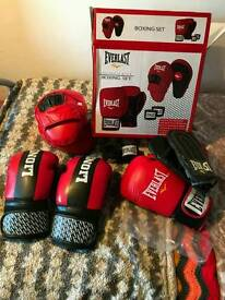 BRAND NEW PUNCH BAG SET WITH EXTRA GLOVES NEVER WORN STILL IN BAGS AND BOX