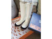Girls white patent Petasil boots sz 2
