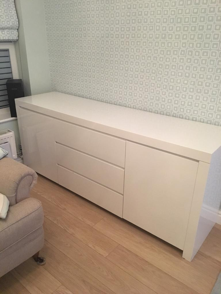 Large dwell high gloss white cabinet