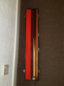 2 PIECE SNOOKER CUE IN WOODEN BOX - UNBRANDED 57 INCH