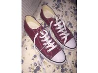 Brand new never been worn Men's size 8 maroon converse (large fit)