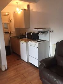 £280pcm - Bedsit - Furnished Includes Bills - Private Kitchen