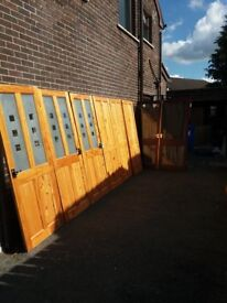 5 SOLID PINE INTERNAL DOORS WITH HANDLES AND 2 GLASS MAHOGANY STAINED DOORS