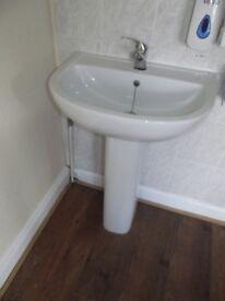 4 x Pedestal Sinks