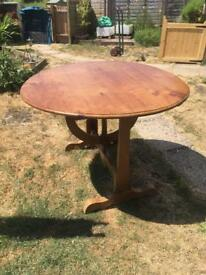 Drop leaf round table