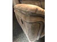 Ansoliutly stuning luxurious 3/2 recliner suite- like new