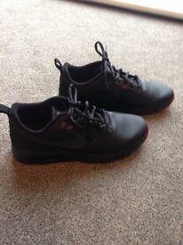 Black Nike Air Tavas size 6