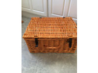 WICKER GIFT HAMPER/PICNIC BASKET