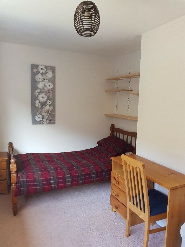 Bright, clean, single room close to Universities & Train Station