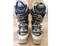 Good as new - women's size 6 - Fischer ski boots