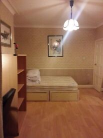 A Large Single Bedroom with Double Bed in N3
