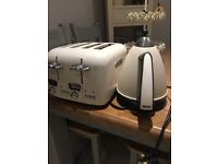 Delonghi kettle & toaster vintage cream
