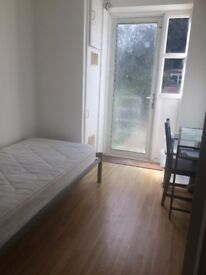 AFFORDABLE ROOM IN FRONT OF CROSSHARBOUR WITH DIRECT ACCESS TO THE GARDEN