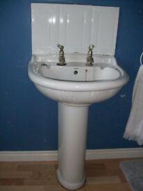 BATHROOM SUITE. WHITE GOOD CONDITION. £180 FOR QUICK SALE