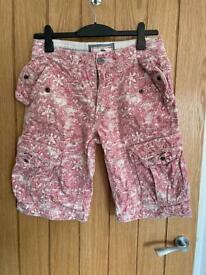 Mens Fat Face Cargo ¾ Length Shorts Pink Pattern Design – Great Condition