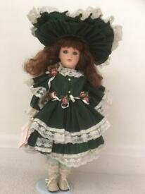 Doll costume porcelain Lisa green lace clothes hat brunette leonardo collection