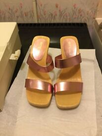 WOMENS HIGH HEEL SANDALS SIZE 4 NEW IN BOX