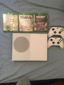 Xbox one s two controllers + 3 games + headsets