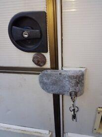 Caravan, van or trailer specialized door lock with one key.