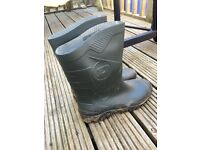 Men's size 8 Dunlop welly boots