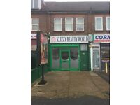RETAIL SHOP TO LET LOCATED ON A BUSY THROUGH ROAD.