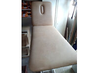 HYDRAULIC OPERATED TWO PIECE MASSAGE BEAUTY THERAPY TATTOO PLINTH COUCH TABLE IN EXCELLENT CONDITION