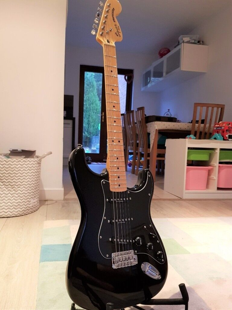 Squier by Fender Vintage Modified Strat / Stratocaster Electric Guitar  Black with Maple fretboard