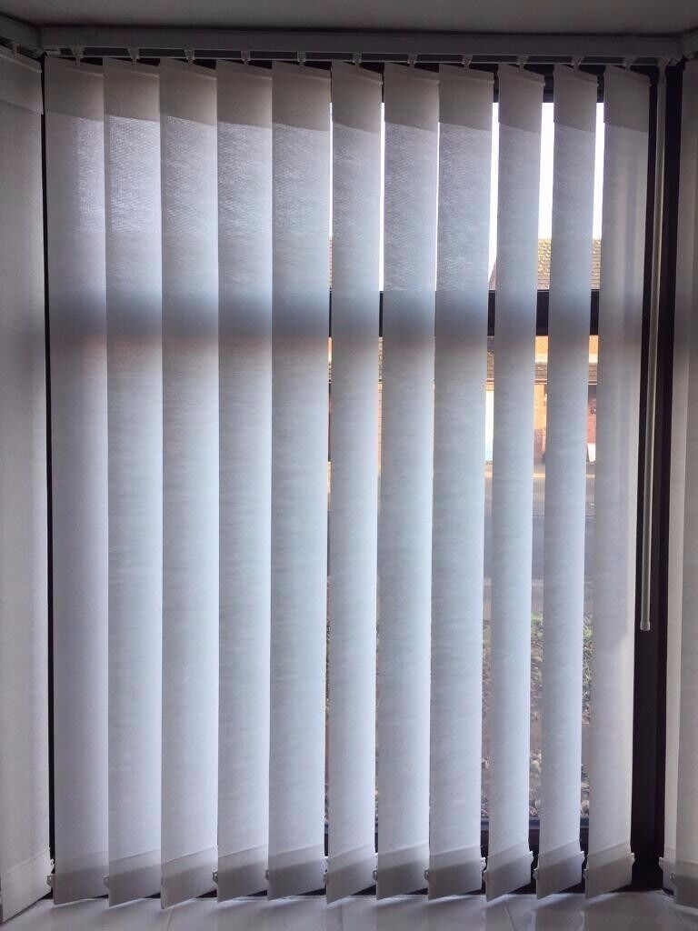 2 Window white blind with rail an wall fittings15in Lincoln, LincolnshireGumtree - 2 window blinds and bracket and fitting for £15 no offers Window white blinds with rail bracket and wall hooks. To fit them you just need to drill 2 wholes 1 whole for each little wall bracket then hook the blind rail onto the 2 wall brackets. Rail...