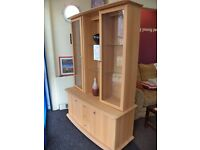 [SLC1/280] Stunning wall unit/display cabinet in laminate pine effect. W 125cm x B 47cm x H 183cm