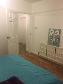 Spacious double/single bedroom to share