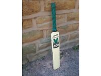 Slazenger V600 Solid Wood Wooden Cricket Bat 1050g Cream Green Black Shop Prop Sports Fancy Dress