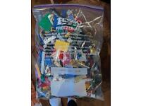 LEGO 1KG BUNDLE OF MIXED BRICKS, PARTS AND PIECES PLUS THREE MINI-FIGURES