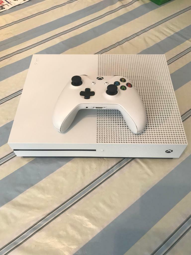 Xbox one S 1TB + 4 Games