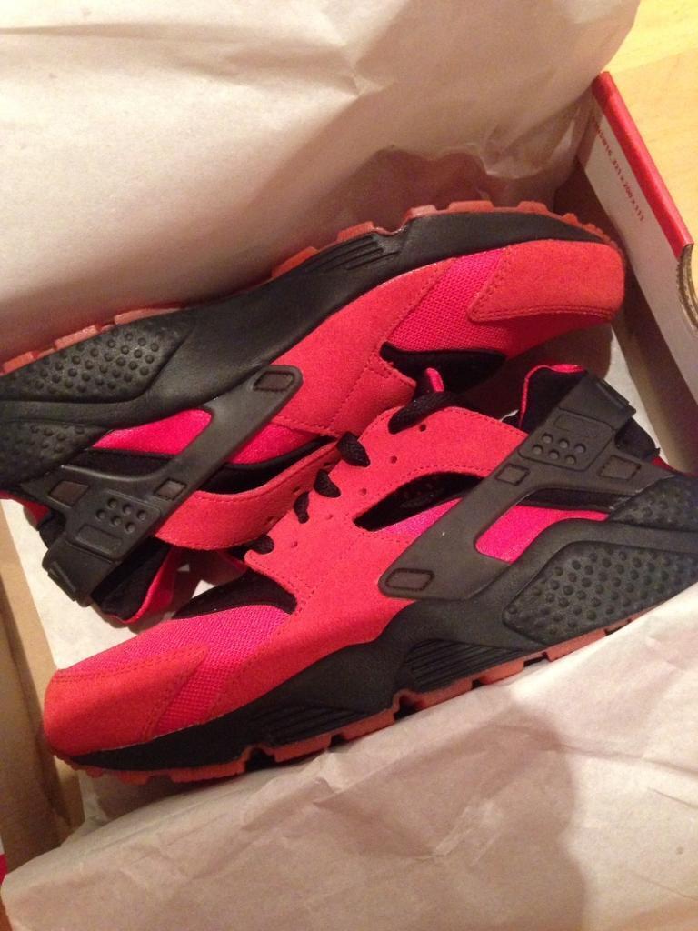 d59377a1c593 Nike Air Huarache Love Hate pack Red Black