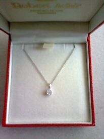 STUNNING 9CT WHITE GOLD DIAMOND DAISY CLUSTER PENDANT NECKLACE, BRAND NEW IN BOX