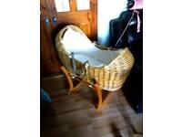 Noah pod rocking Moses basket with a mattress